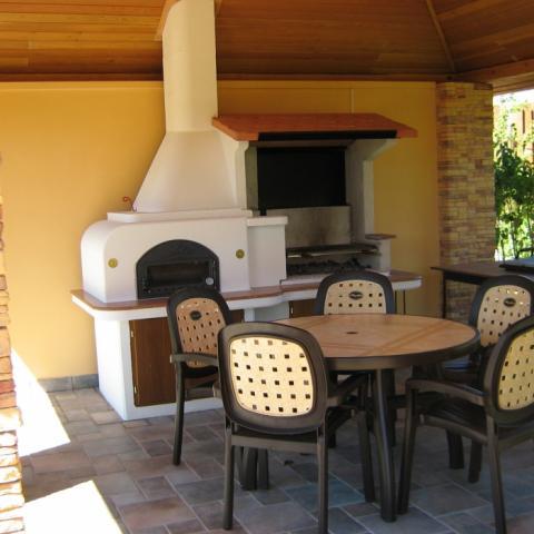 Барбекю, мангал, печь для пиццы в саду