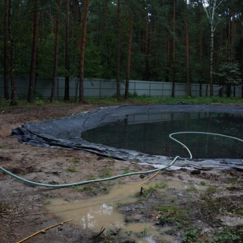 Этапы строительства пруда. Укладка пленки для водоема.