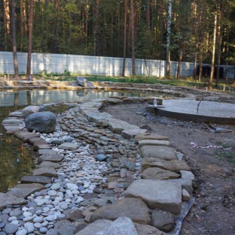 Строительство пруда. Укладка камня в пруд.