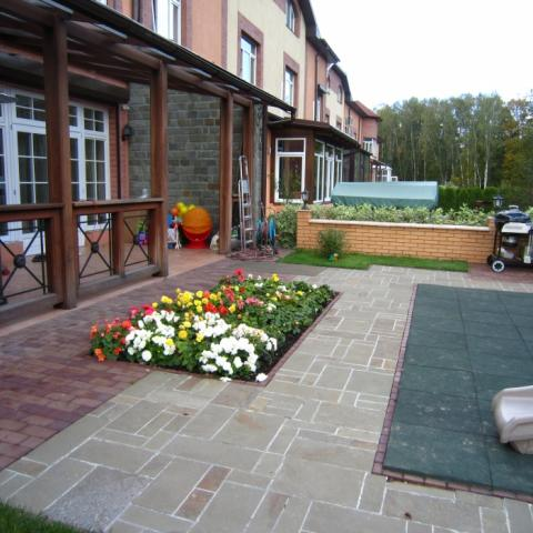 Площадка у дома с цветником