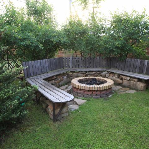 Садовое кострище с полукруглой скамейкой из лиственницы