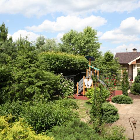 Уютный сад с детской площадкой Lappset