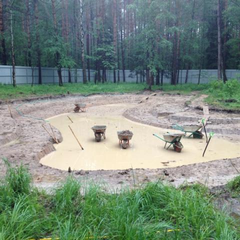 Этапы строительства пруда. Выемка профиля дна будущего пруда.
