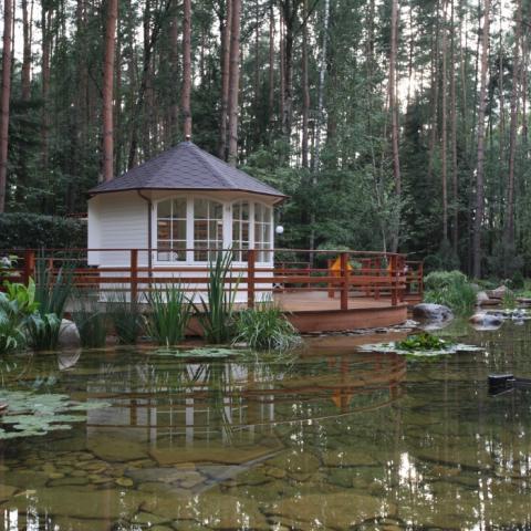 Готовая зона для отдыха и прогулок с большим прудом.