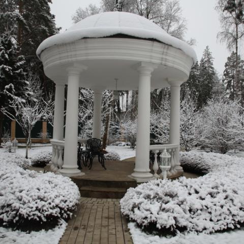 Ротонда в парке русской усадьбы 19-го века