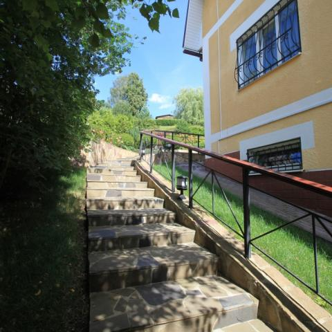 Садовая лестница вдоль отмостки дома