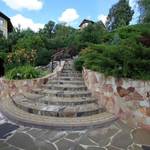 Склон сада оформлен лестницей