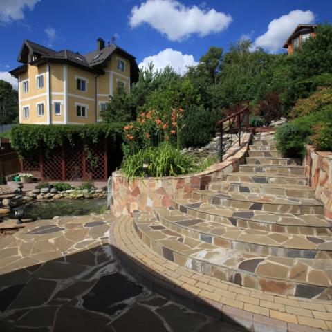 Ландшафтный дизайн, полукруглая лестница из песчаника