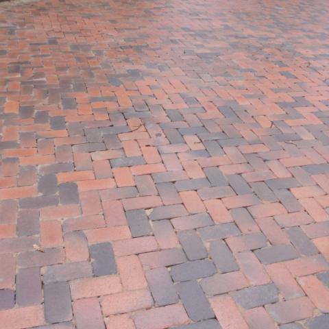 Тротуарная плитка разного цвета в оформлении дорожки