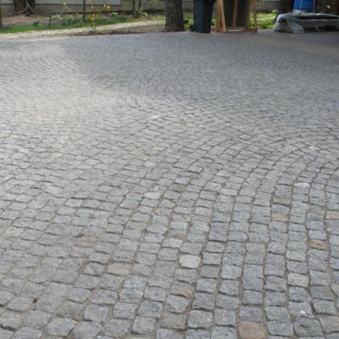Площадка из тротуарной брусчатки и клинкерного кирпича
