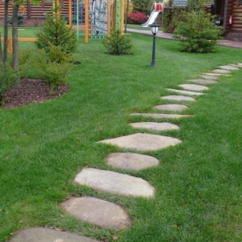 Садовая дорожка на газоне