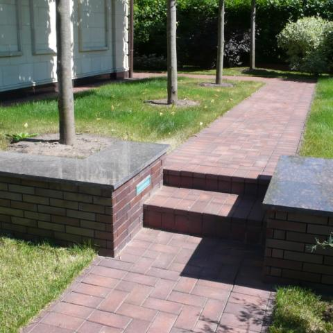 Подпорная стенка с кирпича в саду