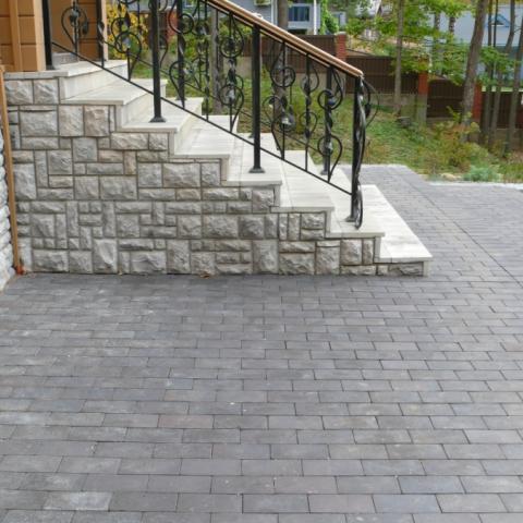 Вход в дом оформленный лестницей из натурального камня