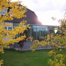 Павильон зимнего сада в окружении осеннего убранства