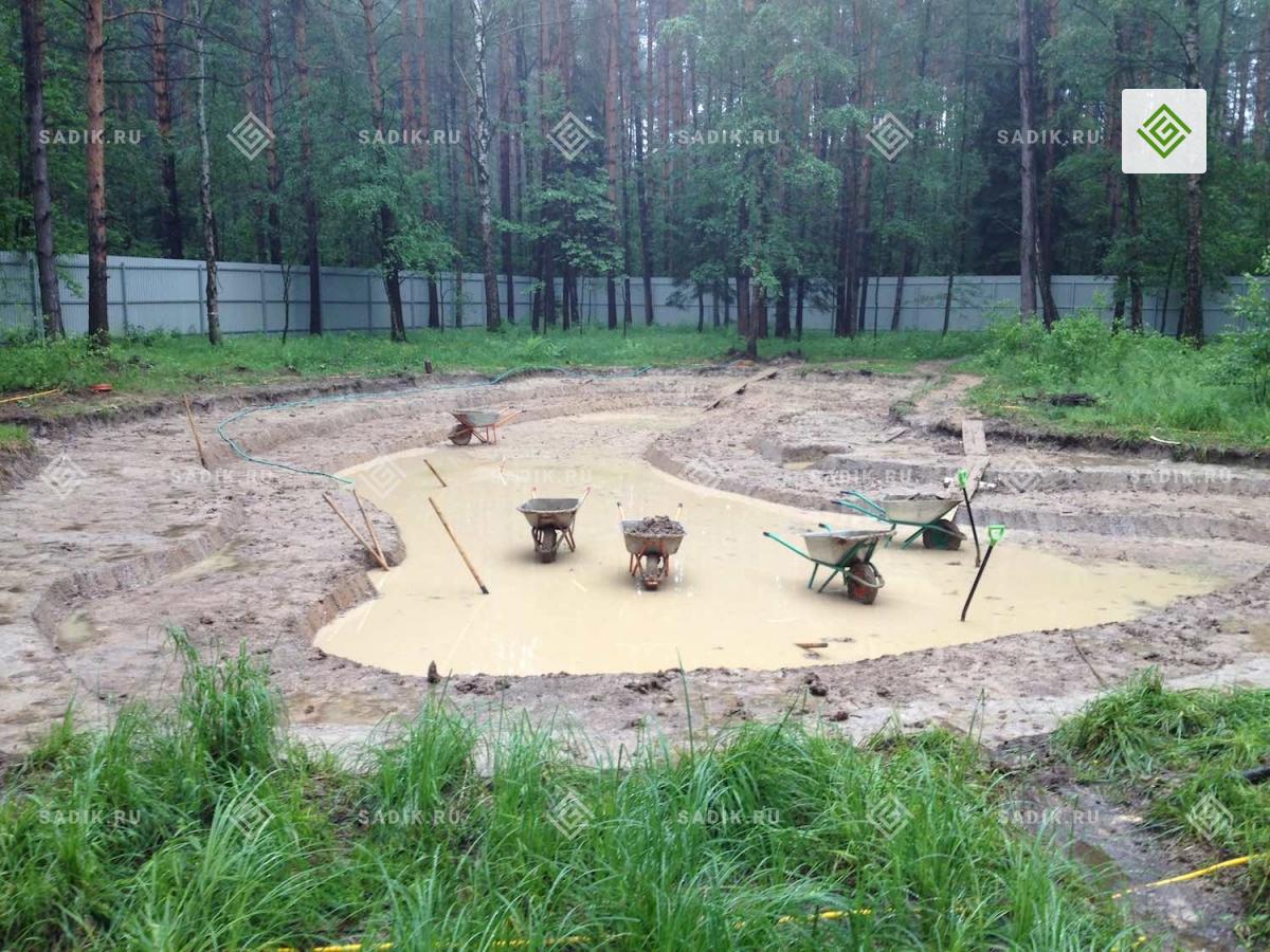 Ручная выемка грунта при строительстве пруда