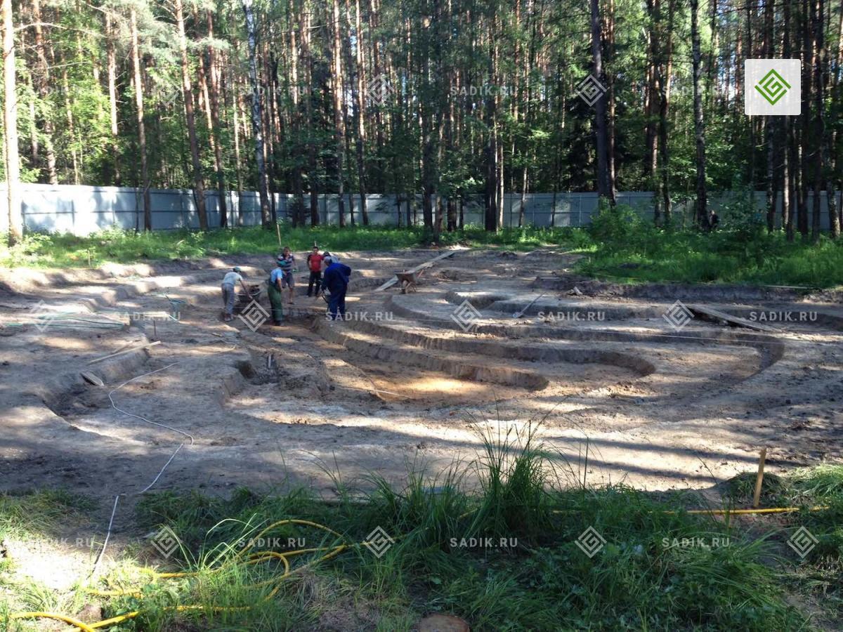 Выемка грунта при строительстве пруда