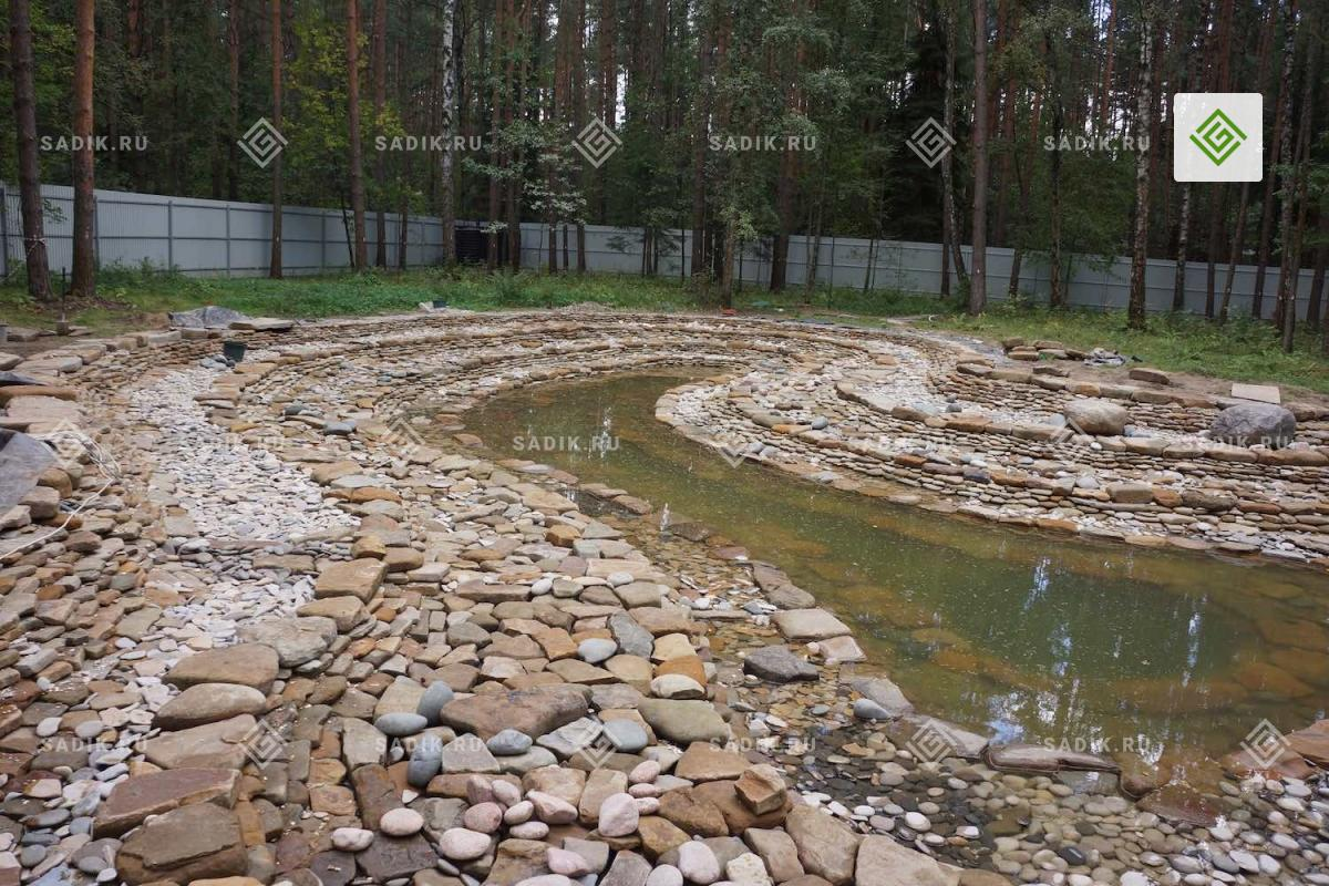 Укладка природного камня на дно и стены водоема