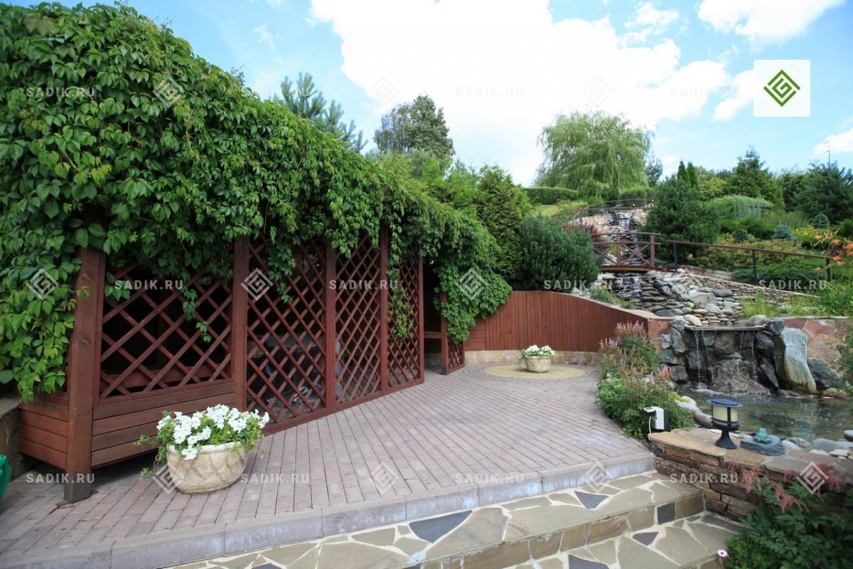 Пергола в частном саду, мощение и водоем