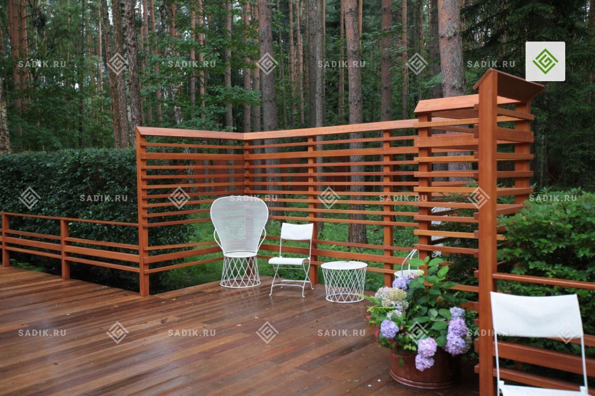 Малая архитектурная форма дополнена садовой мебелью