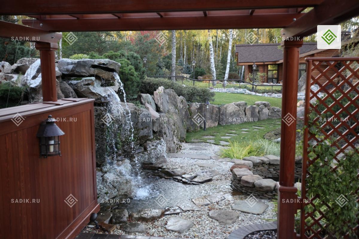 Малая архитектурная форма у водопада