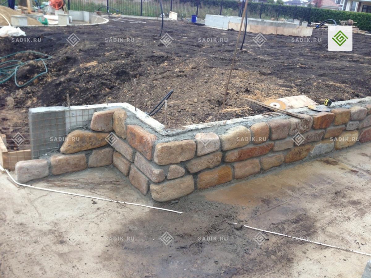 Процесс строительства подпорной стенки