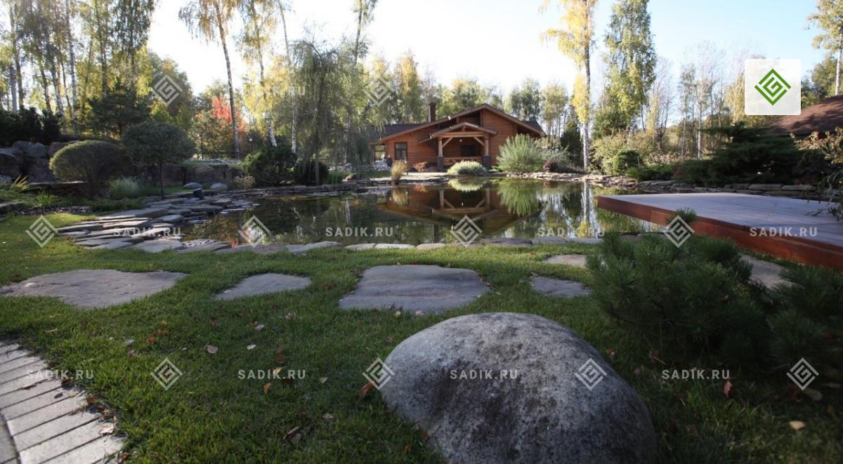Водоем свободных очертаний в ландшафтном дизайне парка