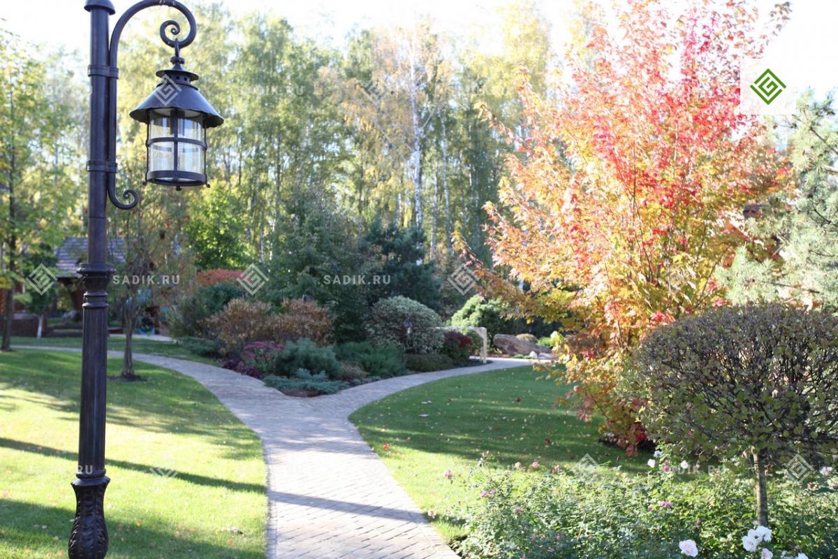 Классический садовый светильник в парке